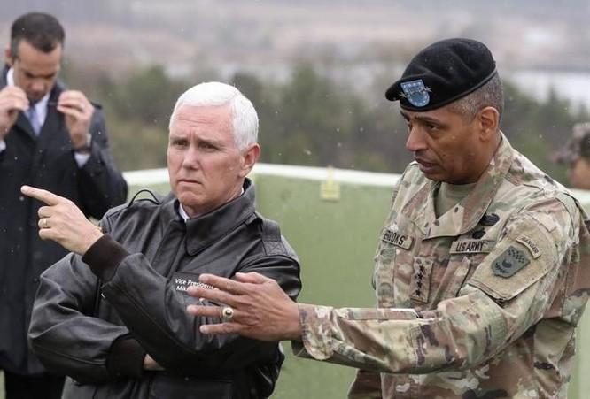 Phó Tổng thống Mỹ thị sát Khu phi quân sự hai miền Triều Tiên, có sự tháp tùng của Tư lệnh quân Mỹ tại Hàn Quốc, tướng Vincent Brooks. Ảnh: AP