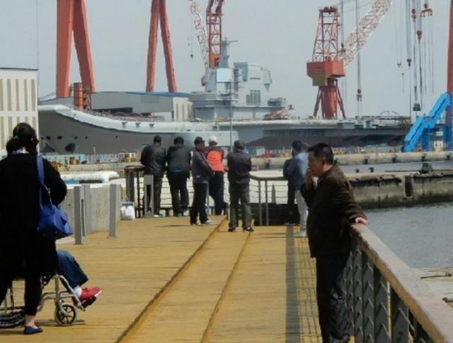 Người dân Trung Quốc đến xem công tác chế tạo tàu sân bay Type 001A. Ảnh: Dwnews