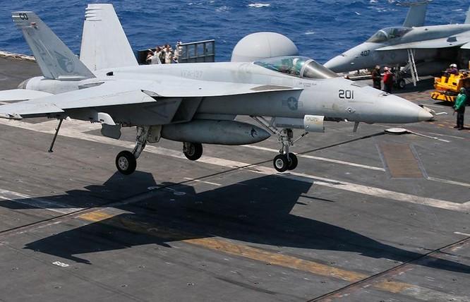 Máy bay chiến đấu F/A-18 trên tàu sân bay USS Carl Vinson (ảnh tư liệu)