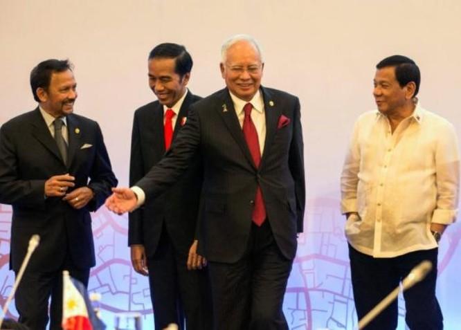 Tổng thống Philippines Rodrigo Duterte (bên phải, ngoài cùng) với các nhà lãnh đạo ASEAN. Ảnh: MalaysiaGazette