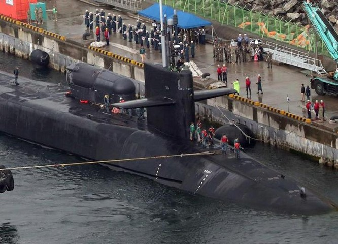Tàu ngầm động cơ hạt nhân USS Michigan hải quân Mỹ. Ảnh: The Sun