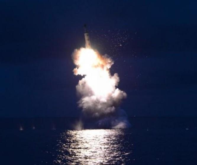 Hiện trường phóng thử tên lửa từ tàu ngầm của Triều Tiên ngày 25/8/2016. Ảnh: Tân Hoa xã/KCNA