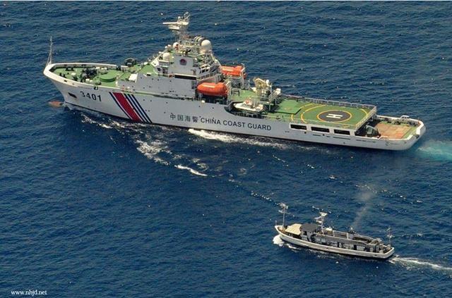 Tháng 3/2014, tàu cảnh sát biển số hiệu 3401 Trung Quốc truy đuổi tàu cá Philippines (ảnh tư liệu)