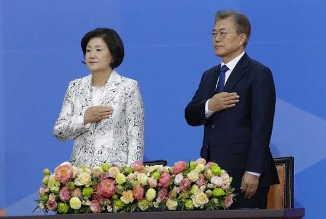 Tân Tổng thống Hàn Quốc Moon Jae-in và phu nhân trong Lễ nhậm chức ngày 10/5/2017. Ảnh: Reuters/Sina