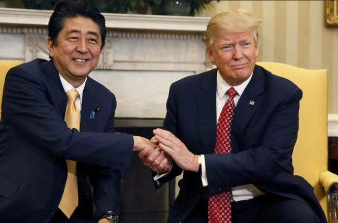 Thủ tướng Nhật Bản Shinzo Abe và Tổng thống Mỹ Donald Trump ngày 10/2/2017. Ảnh: Asian Correspondent