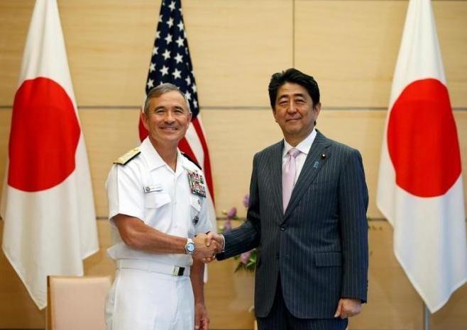Đô đốc Harry Harris và Thủ tướng Nhật Bản Shinzo Abe. Ảnh: Reuters UK