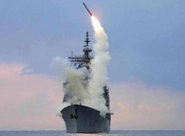 Tên lửa hành trình Tomahawk phóng từ tàu chiến. Ảnh: Sina