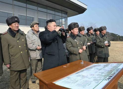 Nhà lãnh đạo Triều Tiên Kim Jong-ul thị sát một cuộc tập trận của Không quân Triều Tiên.