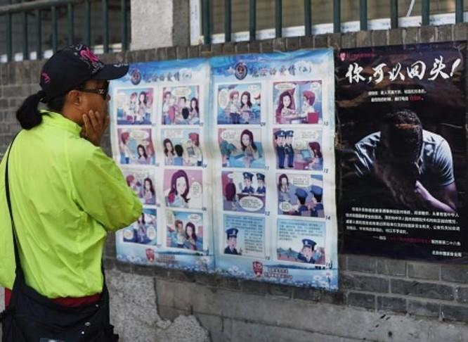 Áp phích tuyên truyền thống gián điệp trên đường phố thành phố Bắc Kinh, Trung Quốc ngày 23/5/2017. Ảnh: Cankao