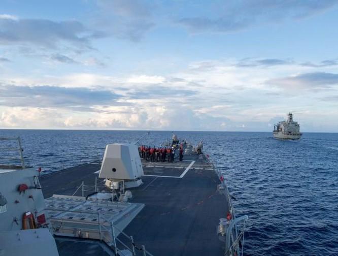 Tàu khu trục USS Dewey chuẩn bị được tiến hành tiếp tế trên Biển Đông. Ảnh: VOA