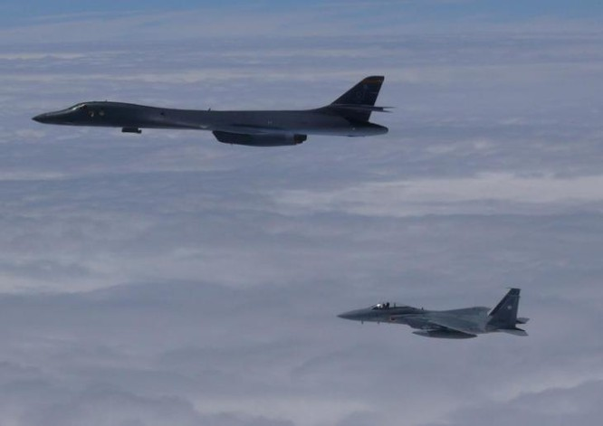 Máy bay ném bom B-1B Mỹ và máy bay chiến đấu F-15J Nhật Bản tiến hành huấn luyện chung. Ảnh: Sina