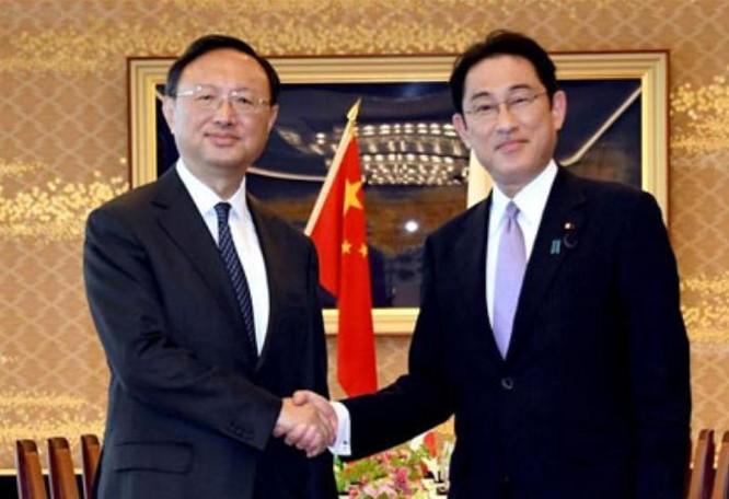 Ngày 30/5/2017, tại Tokyo, Nhật Bản, Ủy viên Quốc vụ Trung Quốc Dương Khiết Trì có cuộc hội đàm với Ngoại trưởng Nhật Bản Fumio Kishida. Ảnh: Tân Hoa xã