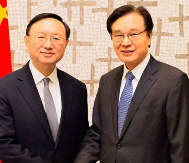 Ngày 29/5/2017, Ủy viên Quốc vụ Trung Quốc Dương Khiết Trì có cuộc gặp Cố vấn an ninh quốc gia Nhật Bản Shotaro Yachi. Ảnh: Nikkei