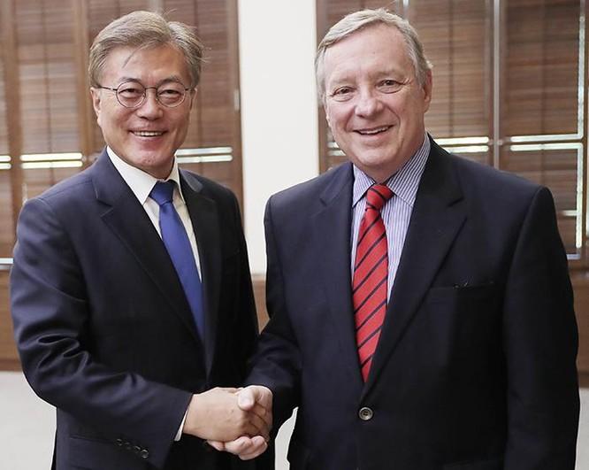 Tổng thống Hàn Quốc Moon Jae-in hội kiến với Thượng nghị sĩ Mỹ Dick Durbin. Ảnh: Korea.net