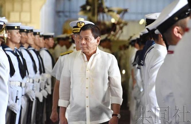 Ngày 4/6/2017, Tổng thống Philippines Rodrigo Duterte tham quan tàu sân bay trực thăng JS Izumo của Lực lượng Phòng vệ Biển Nhật Bản tại vịnh Subic, Philippines. Ảnh: Kyodo