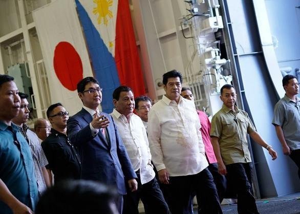 Ngày 4/6/2017, Tổng thống Philippines Rodrigo Duterte tham quan tàu sân bay trực thăng JS Izumo của Lực lượng Phòng vệ Biển Nhật Bản tại vịnh Subic, Philippines. Ảnh: Rappler
