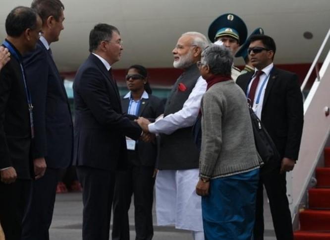 Thủ tướng Ấn Độ Narendra Modi đến thủ đô Astana, Kazakhstan tham dự Hội nghị thượng đỉnh SCO. Ảnh: DNA India