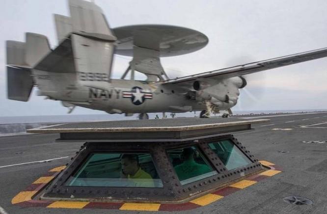 Máy bay cảnh báo sớm E-2C được phóng trên tàu sân bay Mỹ. Ảnh: Cankao