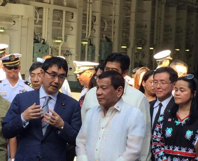 Ngày 4/6/2017, Tổng thống Philippines Rodrigo Duterte tham quan tàu sân bay trực thăng JS Izumo của Lực lượng Phòng vệ Biển Nhật Bản tại vịnh Subic, Philippines. Ảnh: Philstar