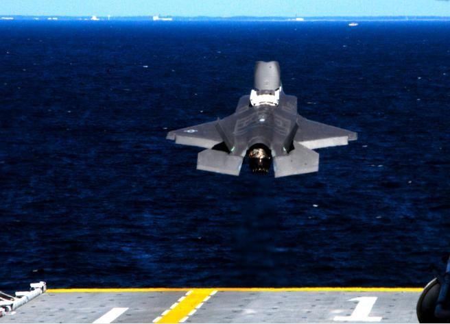 Máy bay chiến đấu tàng hình F-35B Mỹ cất cánh từ tàu tấn công đổ bộ.
