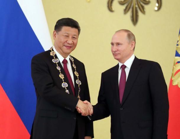 Ngày 4/7/2017, Tổng thống Nga Vladimir Putin trao huân chương St. Andrew cho Chủ tịch Trung Quốc Tập Cận Bình. Ảnh: Tân Hoa xã