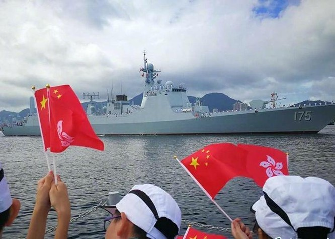Ngày 7/7/2017, tàu khu trục tên lửa Ngân Xuyên số hiệu 175 Type 052D của Hạm đội Nam Hải đã cùng đến Hồng Kông với tàu sân bay Liêu Ninh, Hải quân Trung Quốc. Ảnh: Sohu