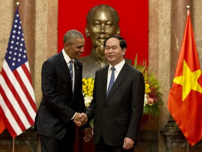 Mỹ tuyên bố dỡ bỏ hoàn toàn lệnh cấm vận vũ khí đối với Việt Nam trong chuyến thăm Việt Nam của Tổng thống Mỹ Barack Obama vào tháng 5/2016. Trong hình là Tổng thống Mỹ Barack Obama và Chủ tịch nước Trần Đại Quang. Ảnh: AP/Washington Times.