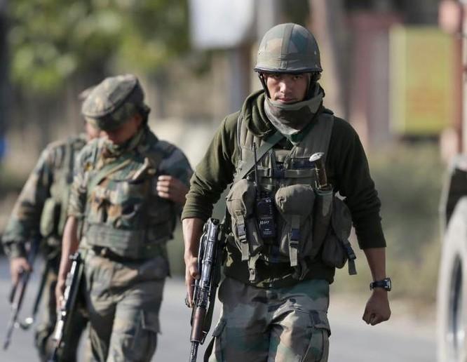 Binh sĩ Ấn Độ tuần tra ở khu vực Kashmir do Ấn Độ kiểm soát. Ảnh: VOA