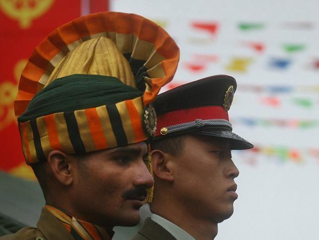 Binh sĩ Ấn Độ và Trung Quốc. Ảnh: Getty/Dwnews