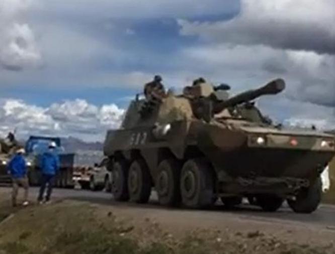 Trung Quốc điều động nhiều xe quân sự, xe tăng đến khu vực biên giới. Ảnh: Epochtimes.