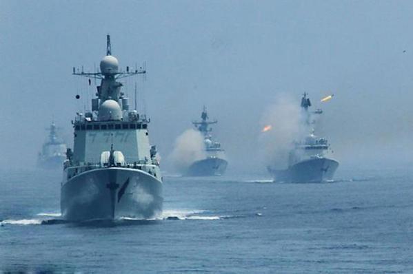 Tàu chiến Trung Quốc và Nga trong một cuộc tập trận chung năm 2013.