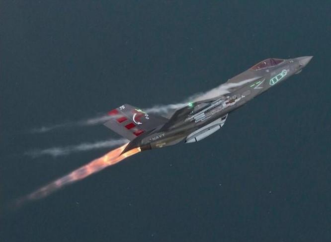 Máy bay chiến đấu tàng hình F-35C Mỹ trang bị cho tàu sân bay.