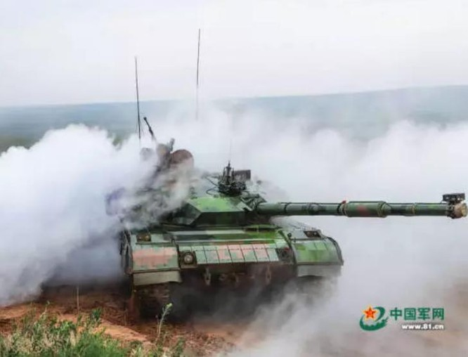 Xe tăng quân đội Trung Quốc tiến hành huấn luyện ở căn cứ huấn luyện Chu Nhật Hòa ngày 19/7/2016. Ảnh: Ifeng.