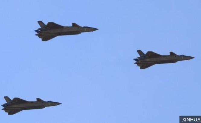 Biên đội 3 máy bay chiến đấu tàng hình J-20 xuất hiện trong Lễ duyệt binh. Ảnh: Tân Hoa xã.