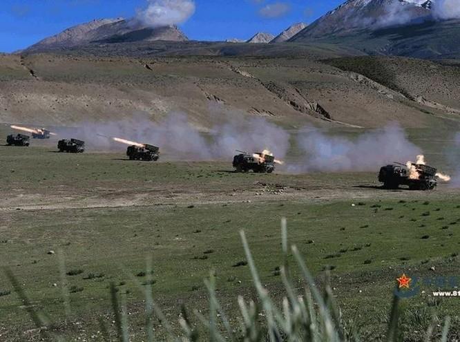 Một phân đội pháo binh thuộc Quân khu Tây Tạng, Quân đội Trung Quốc tiến hành tập trận trên cao nguyên. Ảnh: 81.cn/UDN