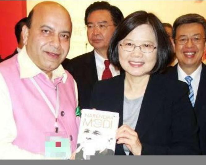 Nhà lãnh đạo Đài Loan bà Thái Anh Văn cầm cuốn sách viết về tiểu sử của Thủ tướng Ấn Độ Narendra Modi. Ảnh: Sina.