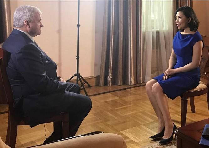 Đại sứ Nga tại Trung Quốc Andrey Denisov trả lời phỏng vấn báo chí. Ảnh: CGTN.