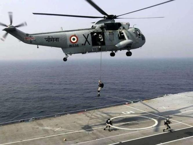 Máy bay trực thăng săn ngầm Sea King của hải quân Ấn Độ. Ảnh: Hindustan Times
