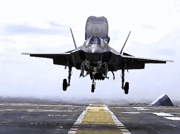 Máy bay chiến đấu tàng hình F-35B hạ cánh thẳng đứng trên tàu chiến Mỹ. Ảnh: Cankao.