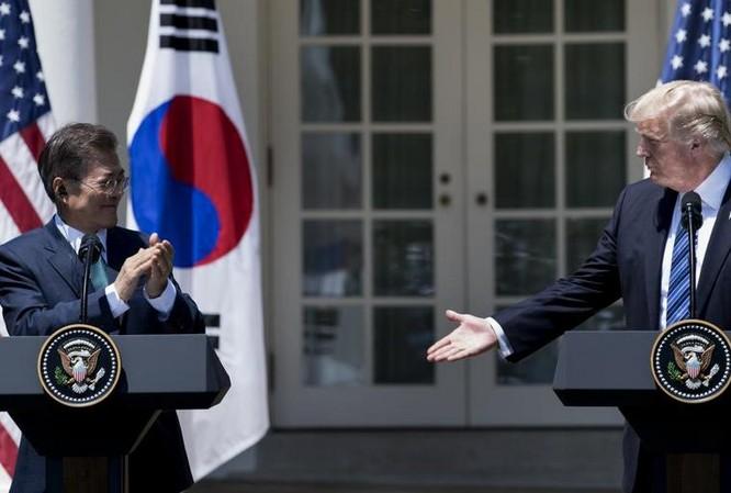 Tổng thống Hàn Quốc Moon Jae-in và Tổng thống Mỹ Donald Trump. Ảnh: Newsweek.