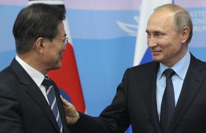 Tổng thống Hàn Quốc Moon Jae-in và Tổng thống Nga Vladimir Putin. Ảnh: Toronto Star.