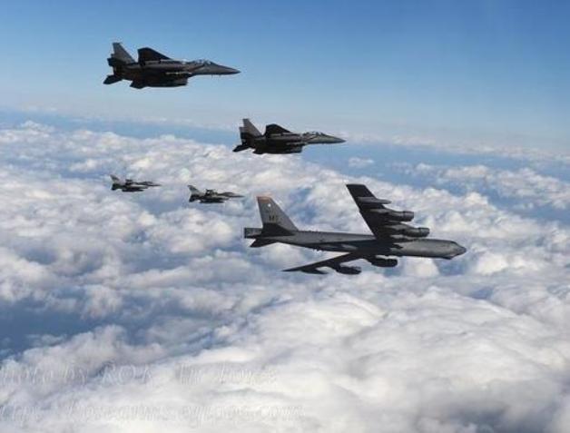 Máy bay ném bom chiến lược B-52 Mỹ trên bầu trời bán đảo Triều Tiên. Ảnh: War.163.com