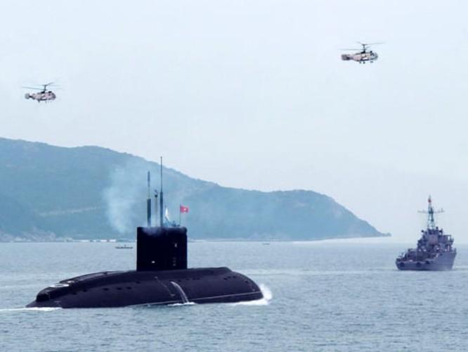 Tàu ngầm lớp Kilo và máy bay trực thăng săn ngầm của Hải quân Việt Nam trên vịnh Cam Ranh.