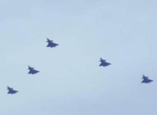 Biên đội 5 máy bay chiến đấu J-20 Trung Quốc. Ảnh: Ifeng.