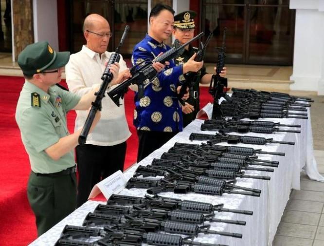 Ngày 5/10/2017, Philippines tiếp nhận lô vũ khí thứ hai của Trung Quốc. Ảnh: Zaobao.