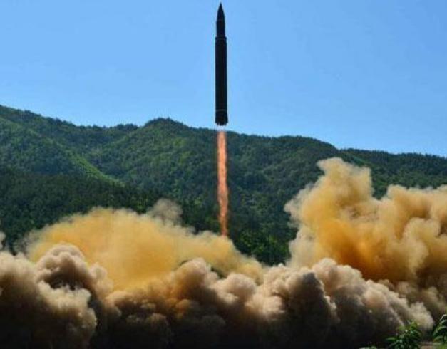 Tên lửa đạn đạo Hwasong-14 Triều Tiên. Ảnh: The Sun.