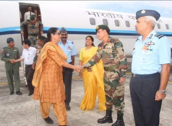Bộ trưởng Quốc phòng Ấn Độ bà Nirmala Sitharaman đến khu vực biên giới Ấn - Trung. Ảnh: The New Indian Express.