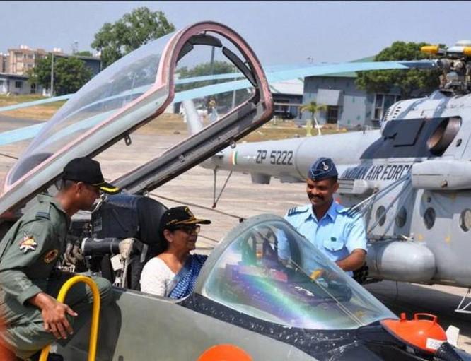 Bà Nirmala Sitharaman, Bộ trưởng Quốc phòng Ấn Độ ngồi trên máy bay. Ảnh: The Hindu.