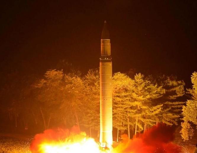 Tên lửa đạn đạo tầm xa Hwasong-14 Triều Tiên. Ảnh: Reuters.