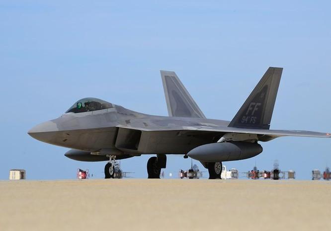 Máy bay chiến đấu tàng hình F-22 Mỹ tại căn cứ Kadena, Nhật Bản.